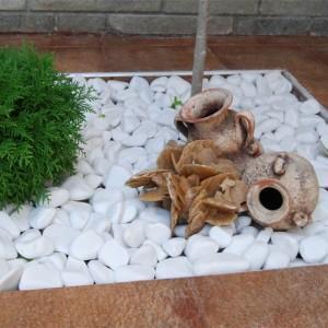 kamienie przy ogrodzeniu