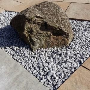 kamienie pomiędzy kostką brukową